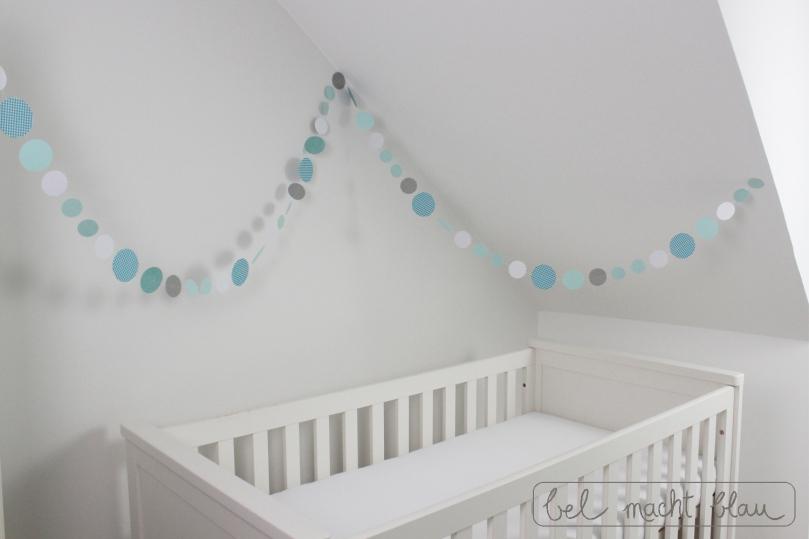 Eine kreisgirlande basteln bel macht blau - Girlande babyzimmer ...