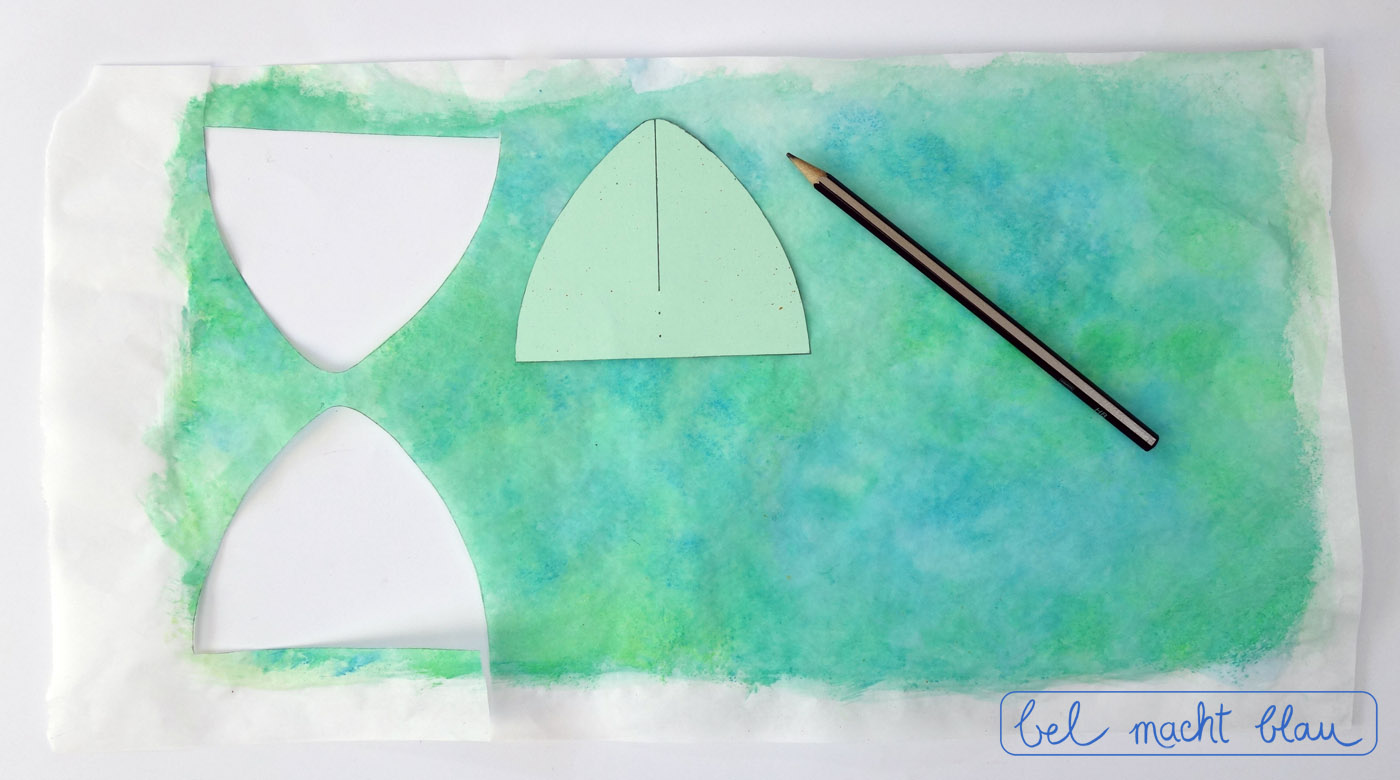 Aus dem bemalten Butterbotpapier werden die Flügel ausgeschnitten.
